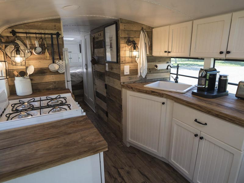 cocina interior bus escolar reformado
